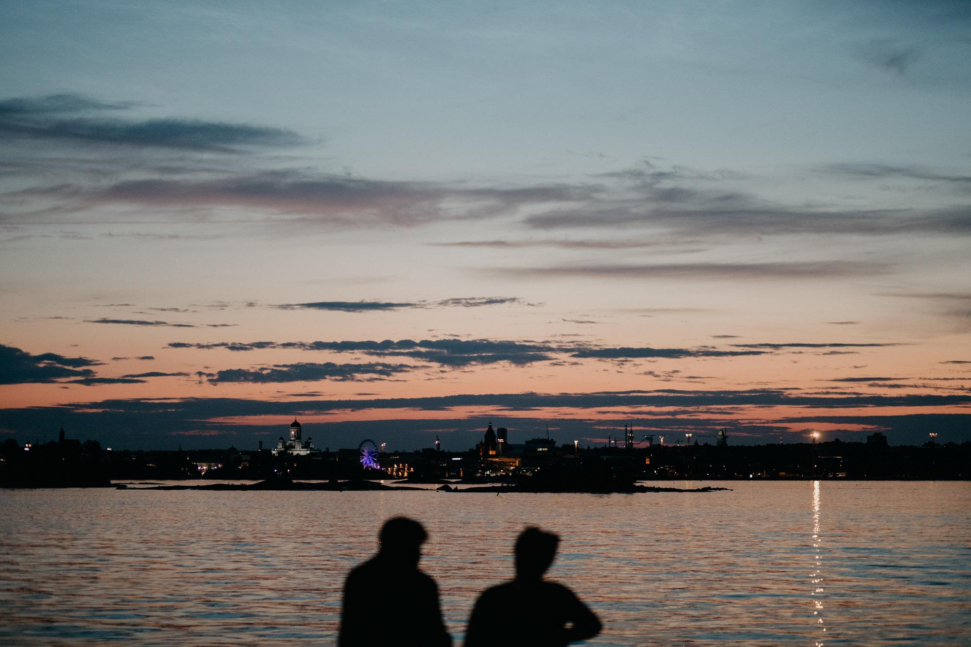 Helsinki yöllä Suomenlinnasta